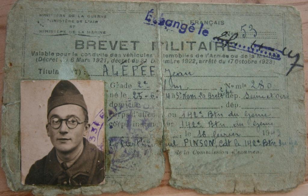 ensemble médailles et insignes d'un ancien de la 1ère armée P4030021