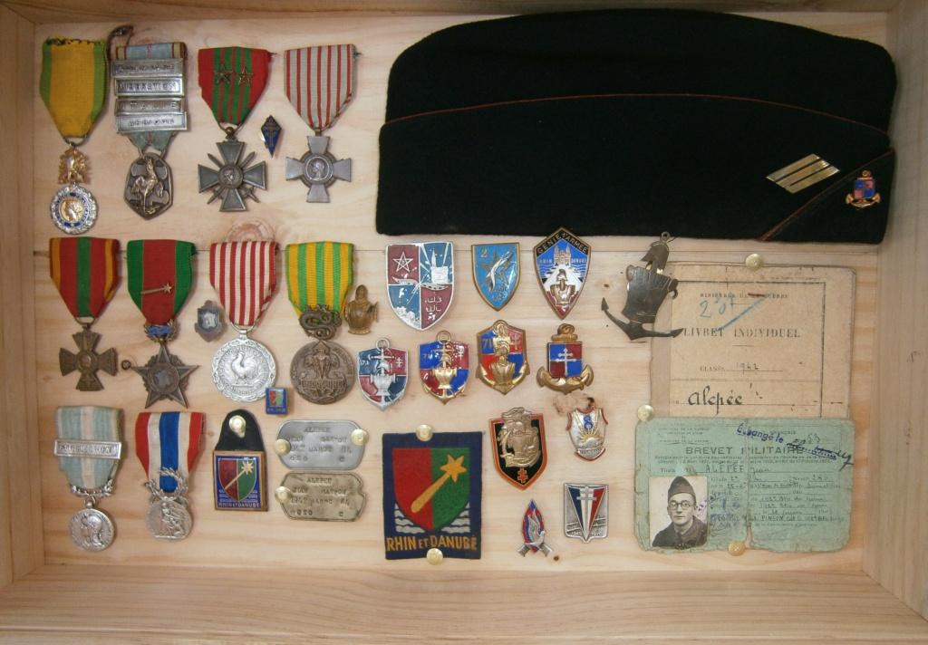 ensemble médailles et insignes d'un ancien de la 1ère armée P4030024
