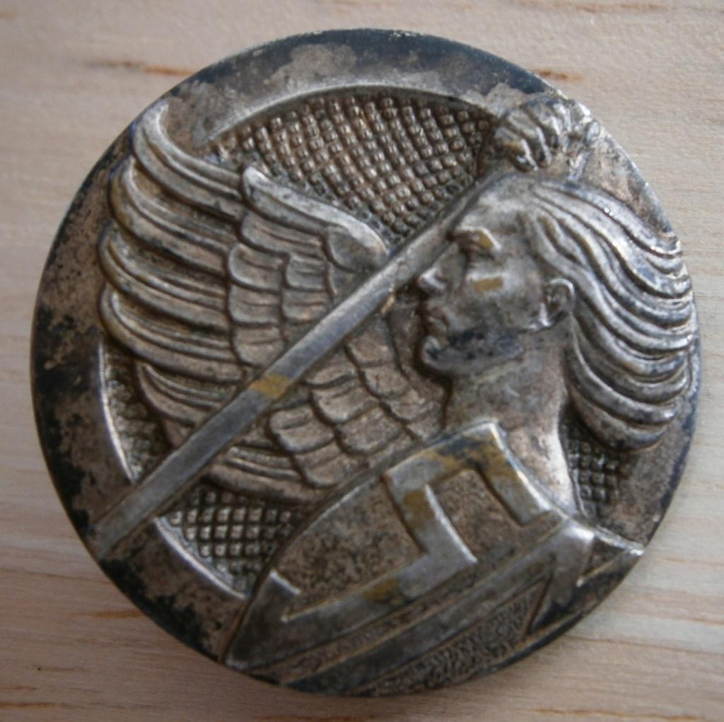 insigne militaire ou religieux ou autre ? P9160015