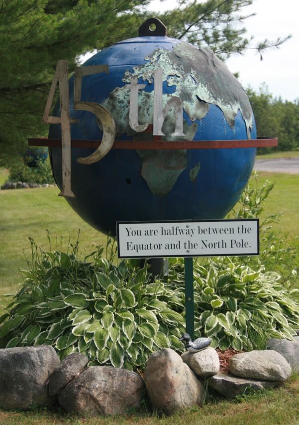 - Les monuments et panneaux dédiés au 45ème parallèle nord 65906210