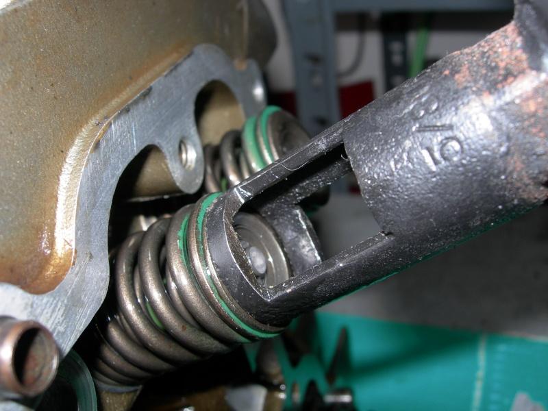 Revisione gommini guidavalvole e smerigliatura sedi Dscn7117