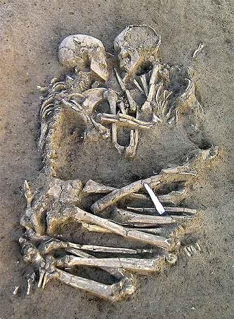 Un abrazo de 6000 años. Restos10