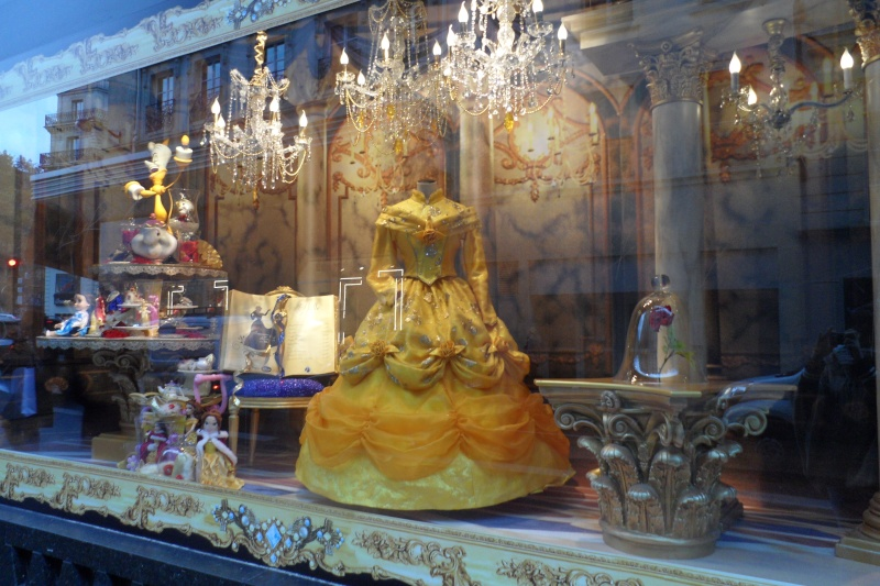 Disney pop up store aux galeries lafayette (du 5/11/2012 au 5/01/2013 ) - Page 5 Sam_1011