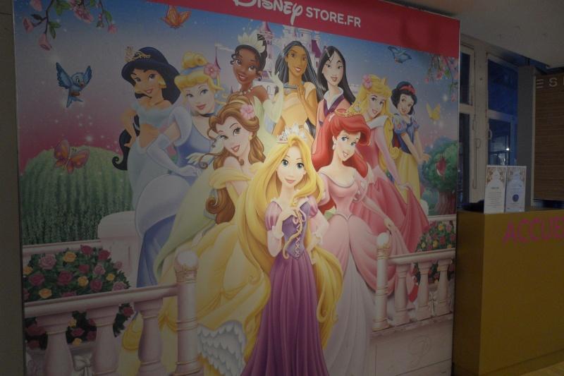 Disney pop up store aux galeries lafayette (du 5/11/2012 au 5/01/2013 ) - Page 5 Sam_1016