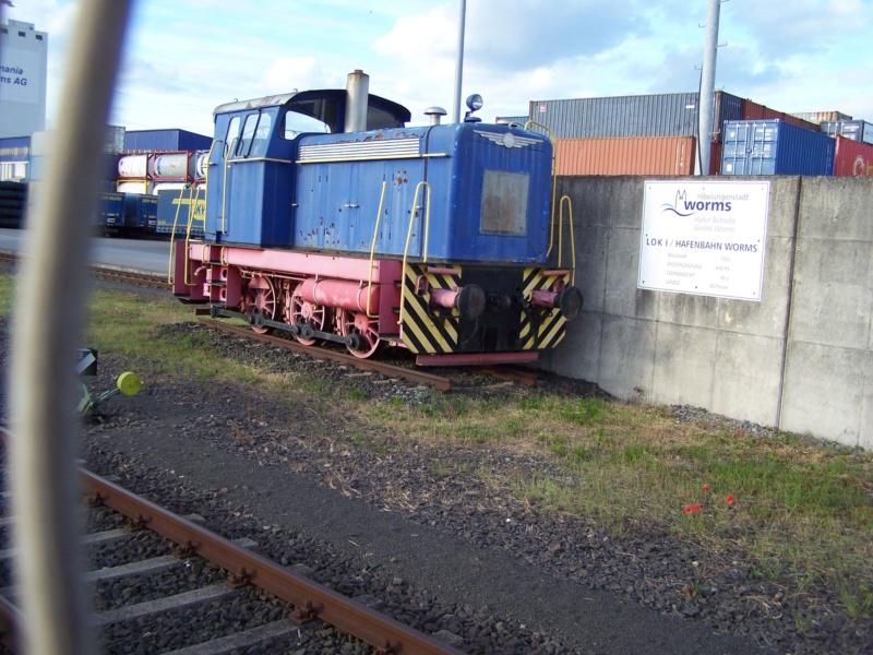 Abgestellte Lok im Wormser Hafengebiet. 414
