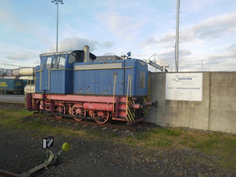 Abgestellte Lok im Wormser Hafengebiet. Sam_2510