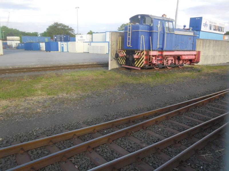 Abgestellte Lok im Wormser Hafengebiet. Sam_2511