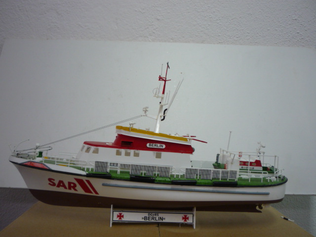 Search & rescue vessel BERLIN (1:72) P1080620