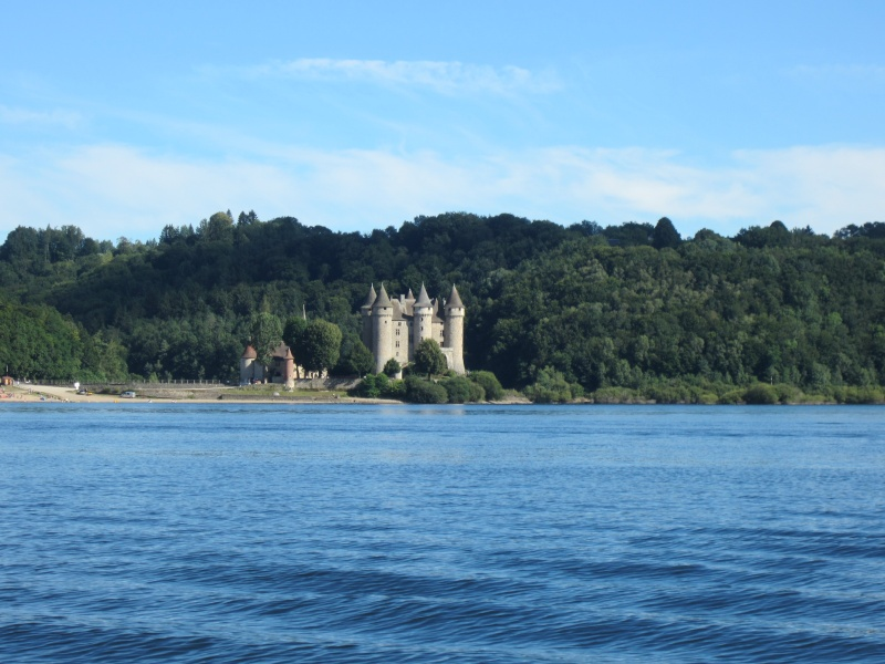 Retenue de Bort-les-Orgues et château de Val Fabien52
