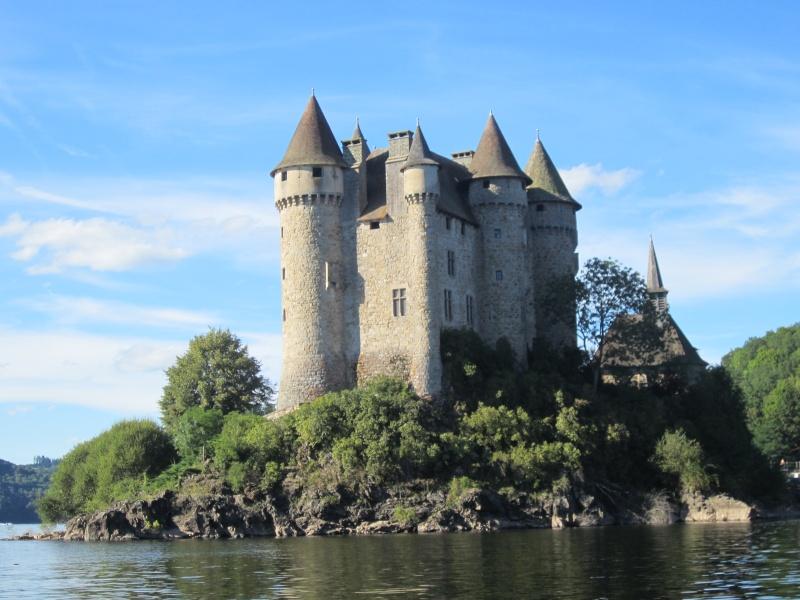 Retenue de Bort-les-Orgues et château de Val Fabien61