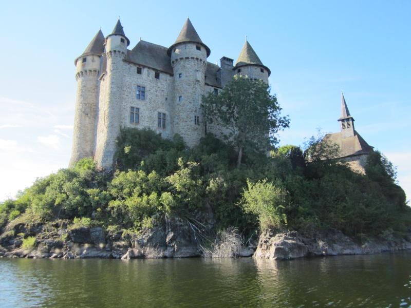 Retenue de Bort-les-Orgues et château de Val Fabien62