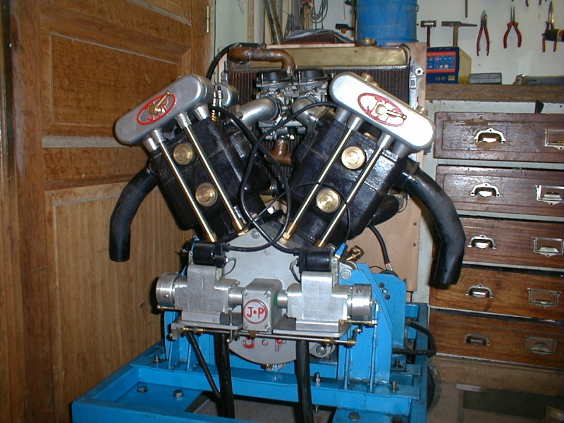 """réalisation d'un moteur bi-cylindres en """"v"""" 31312"""