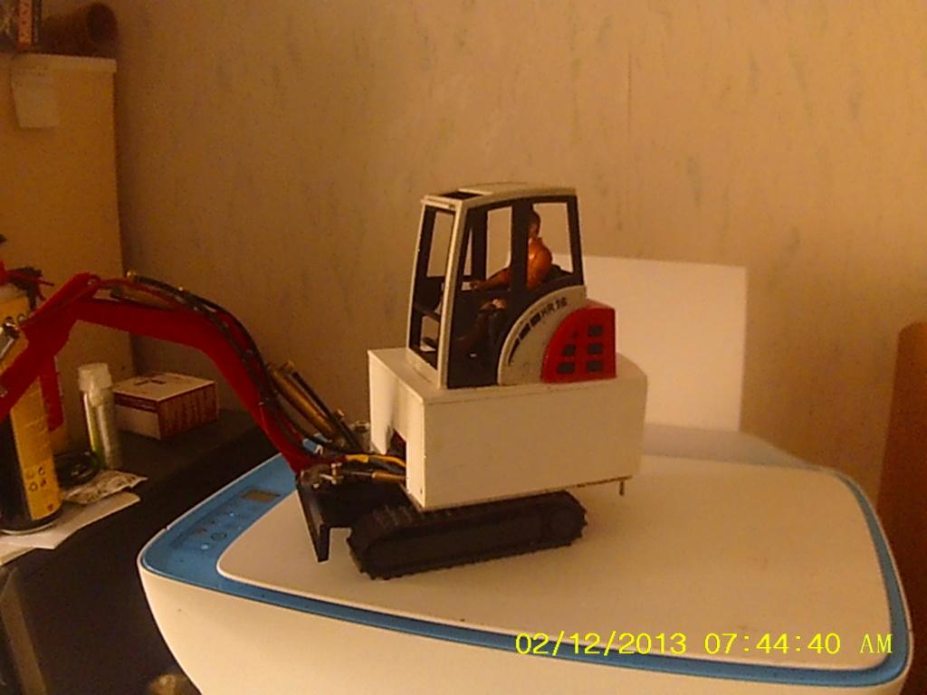 Mini pelle Schaeff HR 16 de Bruder - Page 4 002300