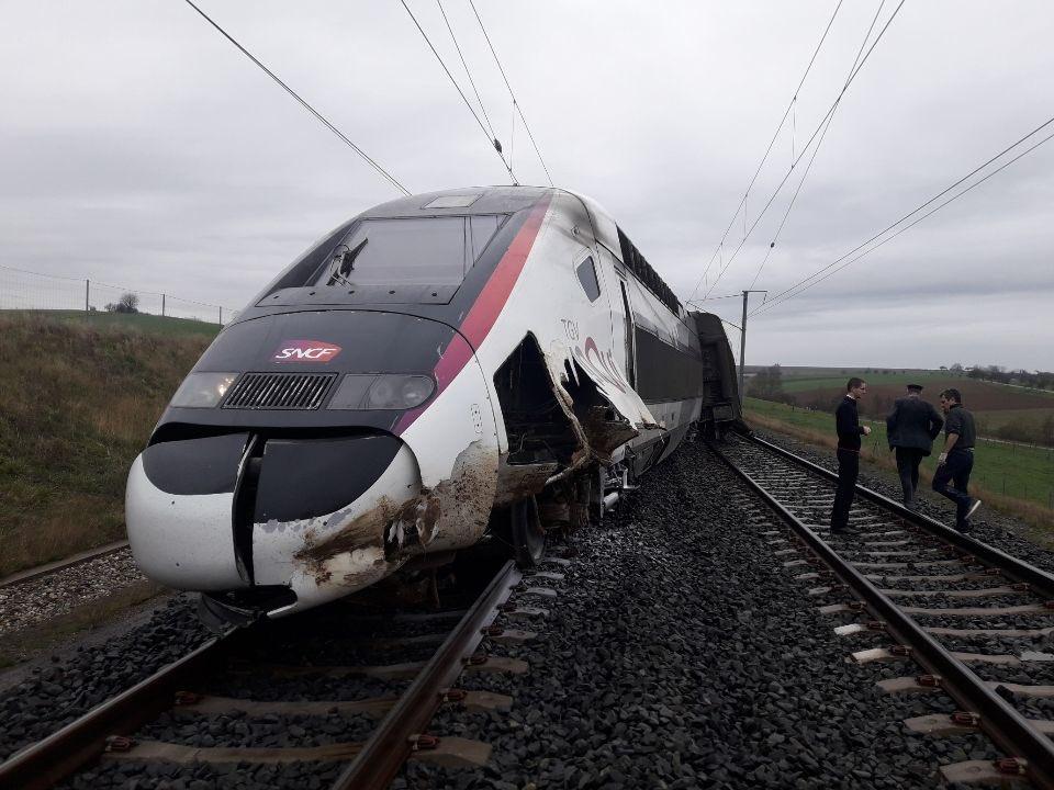 France: la motrice d'un TGV Paris-Strasbourg déraille en Alsace, au moins 20 blessés  Esviow11