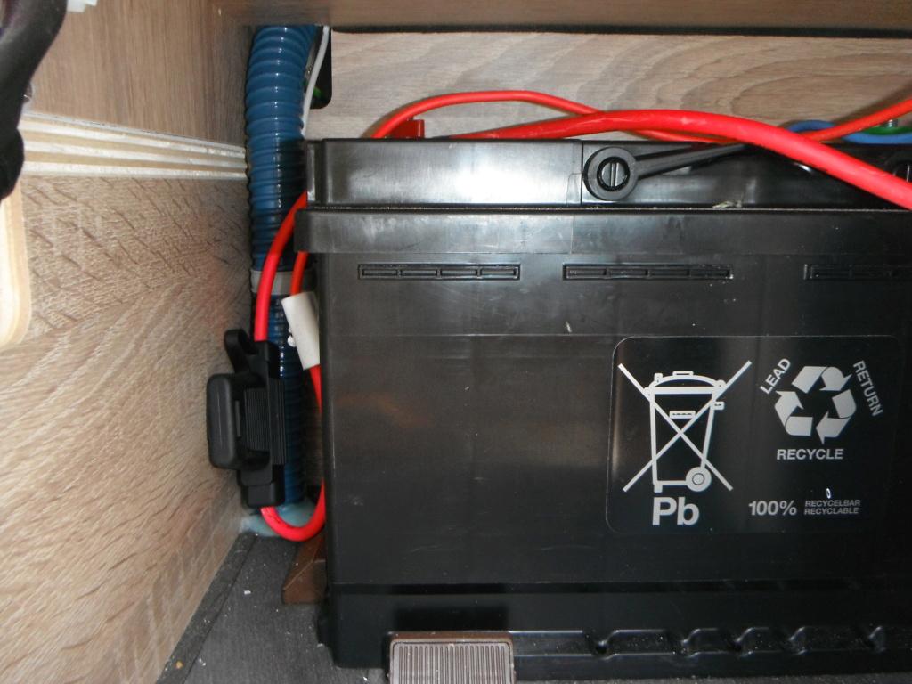 Convertisseur 12V alimentant les prises 220V d'origine Dscf2216