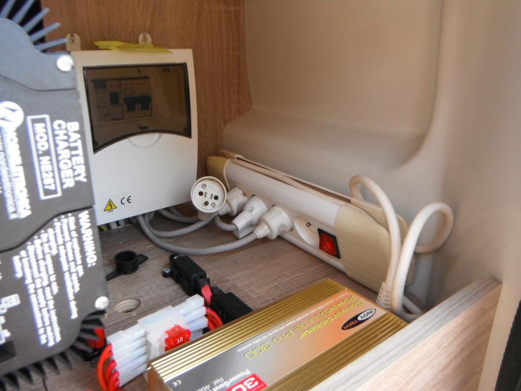 Convertisseur 12V alimentant les prises 220V d'origine Dscf2218