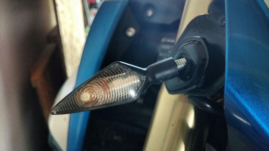 Je n'arrive pas à changer l'ampoule du clignotant avant Img_2010