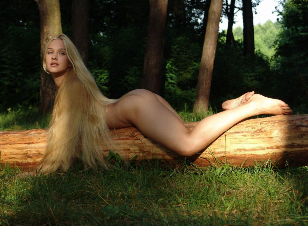Glamorous Long Haired Blonde With Fine Body Peels Off Her Beautiful Yourdailygirls 1