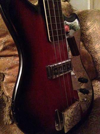 Tempo Electric Bass.  0517