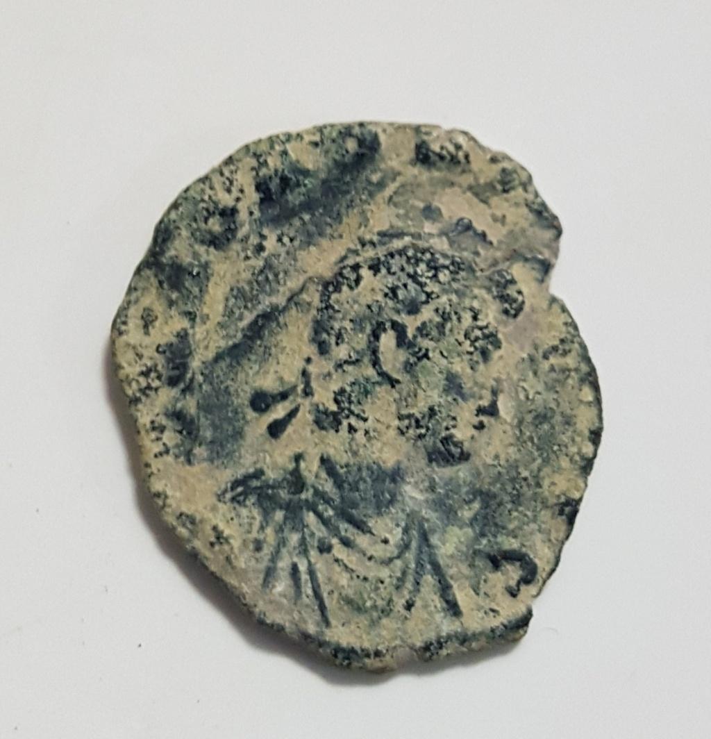 Decargiro de Honorio. GLORIA ROMANORVM. Emperador estante de frente y mirando a dcha. Constantinopolis. 20190642