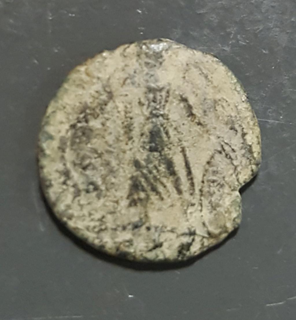 AE4 conmemorativa de Constantinopolis. Victoria estante a izq. sobre  proa. Roma. 20190651