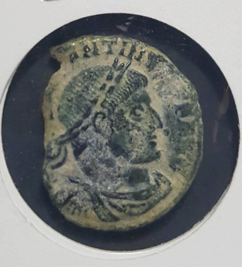 Nummus de Constantino I. SOLI INVI-CTO COMITI. Sol estante a dcha. y mirando a izq. Arlés.  20190654