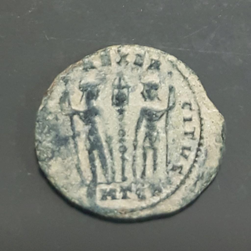 AE4 de Constantino II. GLORI-A EXER-CITVS. Un estandarte entre dos soldados. Tesalónica. 20190663