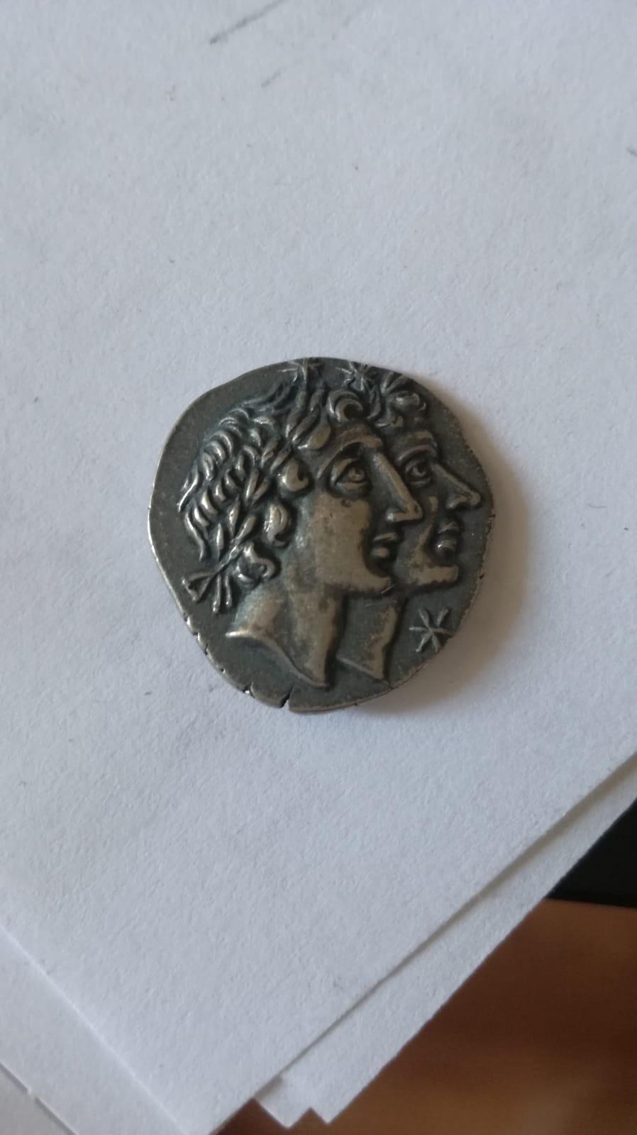 Denario de Gens Fonteia, Manus Fonteius, Dioscuros en anverso y galera en reverso 111