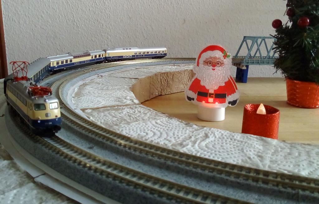 Die besinnliche um den Adventskranz/Weihnachtsbaum Rennbahn Anlage 3adven12