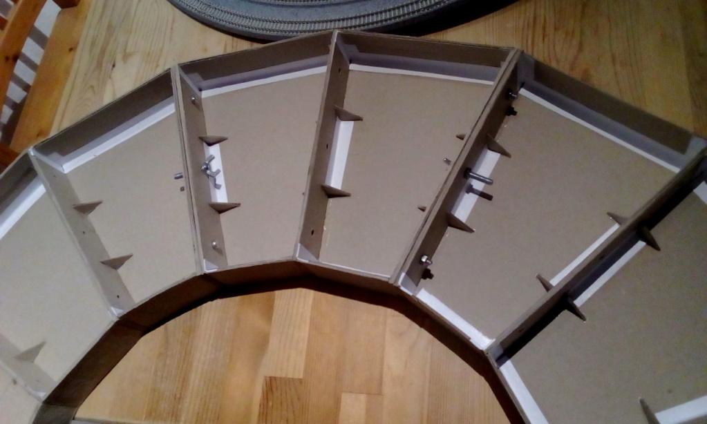 Die seltsamen Methoden des H.P. Wanninger: Karton-Modul-Tischanlage in Spur N Kato-020