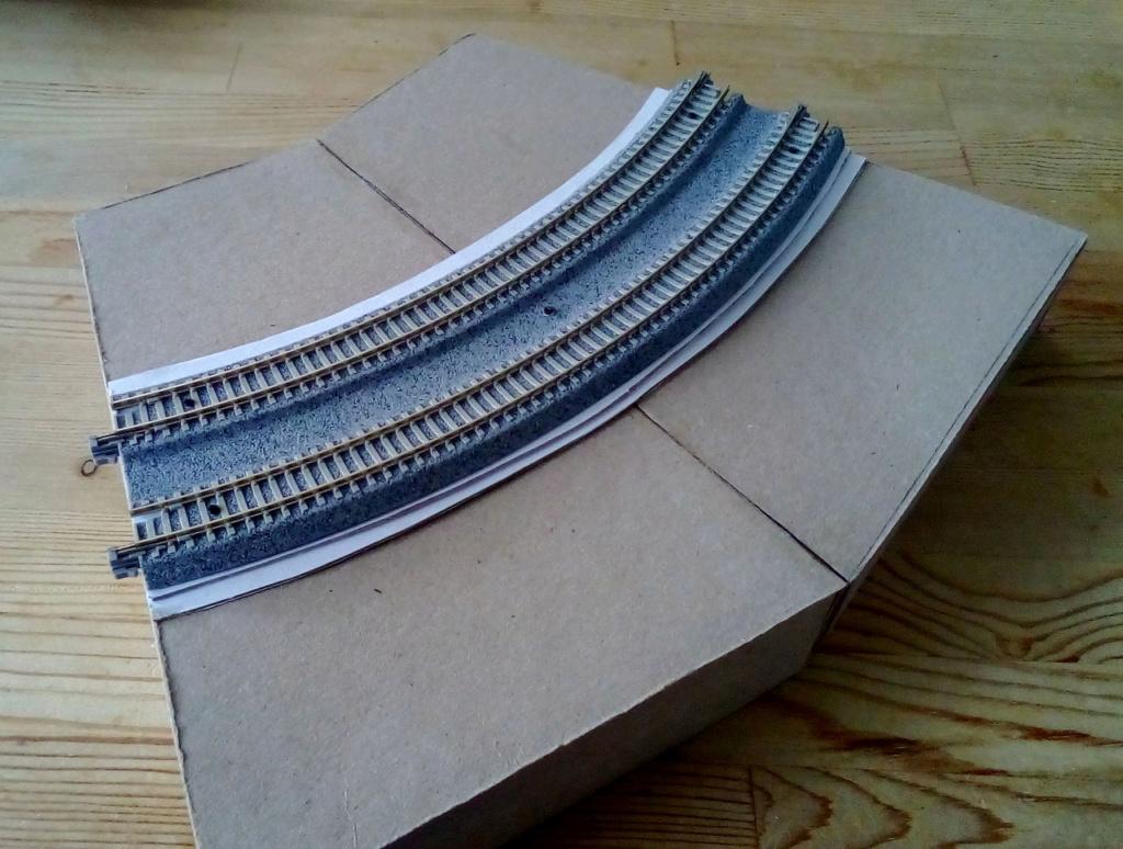 Die seltsamen Methoden des H.P. Wanninger: Karton-Modul-Tischanlage in Spur N Kato-025