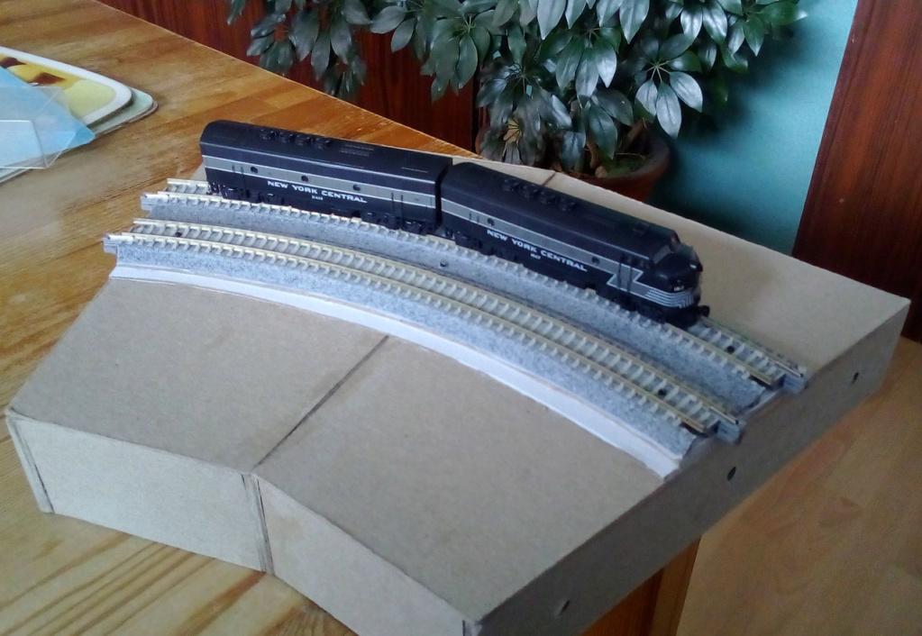 Die seltsamen Methoden des H.P. Wanninger: Karton-Modul-Tischanlage in Spur N Kato-026