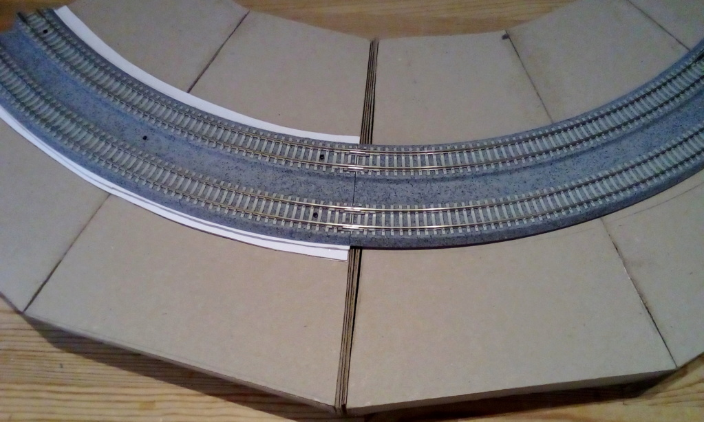 Die seltsamen Methoden des H.P. Wanninger: Karton-Modul-Tischanlage in Spur N Kato-038