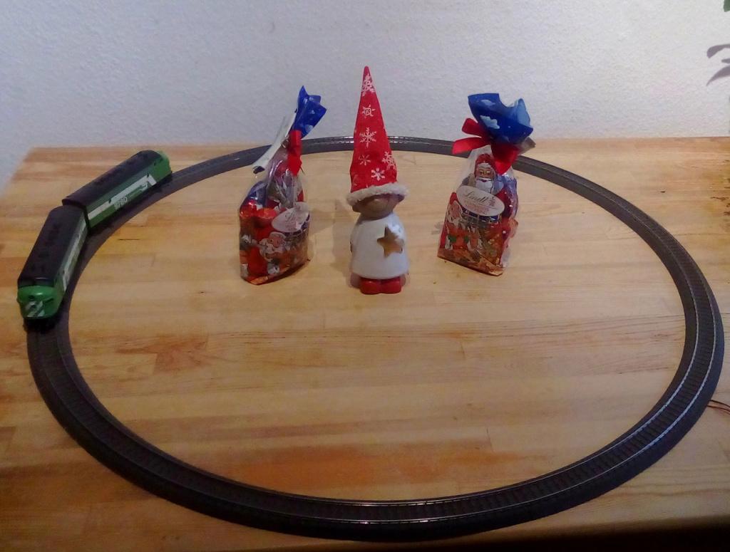 Die besinnliche um den Adventskranz/Weihnachtsbaum Rennbahn Anlage Nik-0110