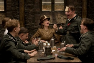 Inglourious Basterds (2009, Quentin Tarantino) - Page 6 Small_31