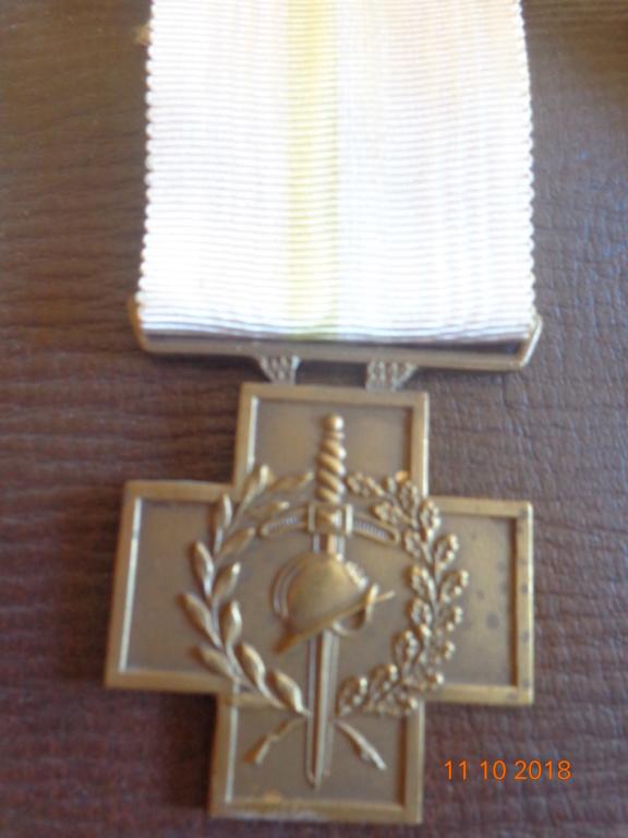 Pour les amateurs....... belges :) médailles de mon papa .... Dsc00210