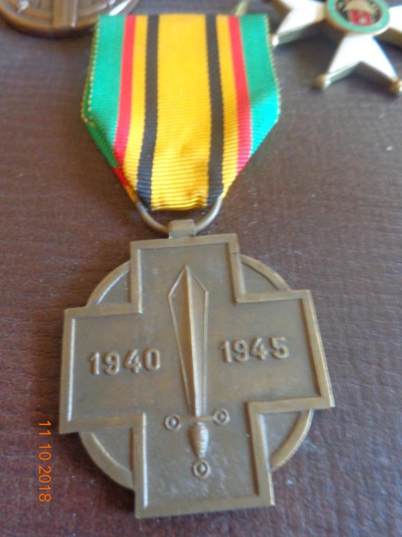 Pour les amateurs....... belges :) médailles de mon papa .... Dsc00220