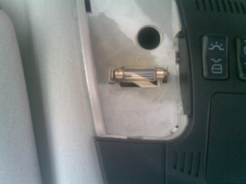Changer les ampoules du plafonnier avant (W202, W210, ...) 410