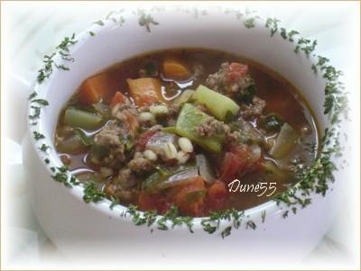 Soupe aux légumes avec du steak haché et de l'orge Soupe12