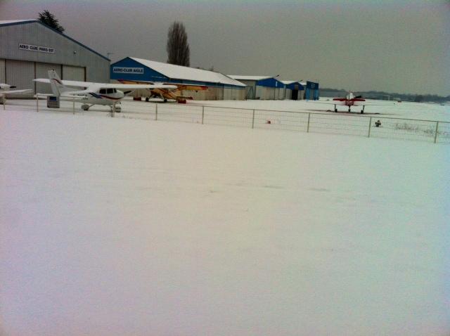 Un peu de neige hier sur LFPL :) 20130110