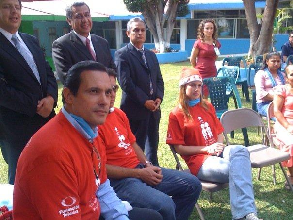 Alejandro Ruiz entregando juguetes en hospitales de niños 13638_10