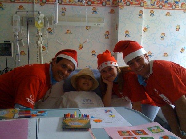 Alejandro Ruiz entregando juguetes en hospitales de niños 13638_12