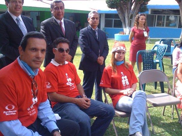 Alejandro Ruiz entregando juguetes en hospitales de niños 13638_13