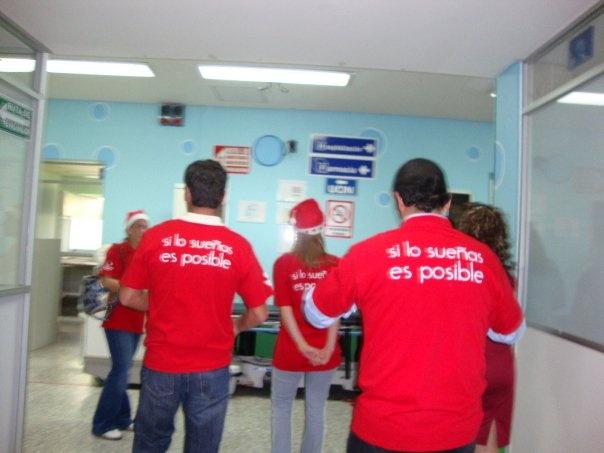 Alejandro Ruiz entregando juguetes en hospitales de niños Untitl10