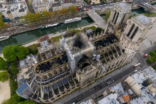 La cathédrale Notre-Dame de Paris en flammes - Page 6 Toitur10