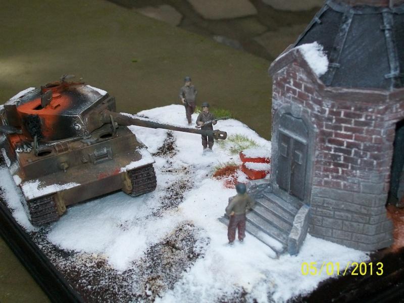 Tigre  [AFV CLUB - 1/48°] et la Chapelle de HALLOUX détruite en 1944 ( Diorama terminé ).  00312