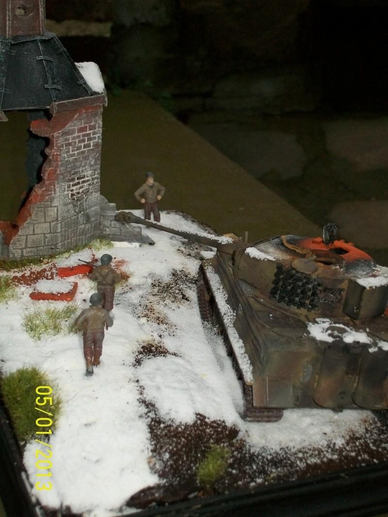 Tigre  [AFV CLUB - 1/48°] et la Chapelle de HALLOUX détruite en 1944 ( Diorama terminé ).  00512