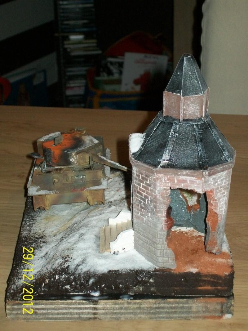 Tigre  [AFV CLUB - 1/48°] et la Chapelle de HALLOUX détruite en 1944 ( Diorama terminé ).  00811