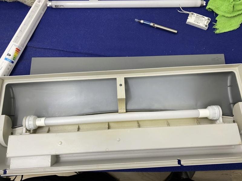 Changement tube néon T8 18W Aquatlantis par équivalent LED pour 5 euros maxi Fichie65
