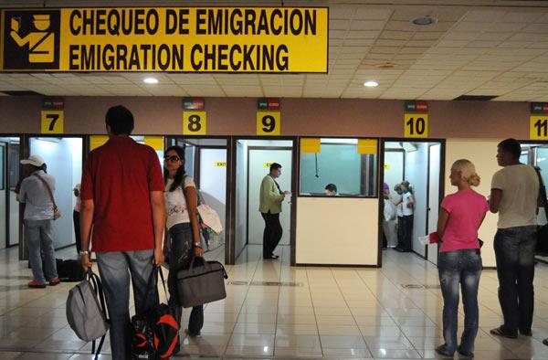 Cuba: riforma migratoria, anche i medici potranno viaggiare all'estero Cubaem10